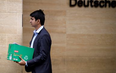 Otpušteni zaposlenik iz ureda Deutsche Banka u Londonu (Foto: AFP)