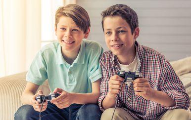 Djeca igraju videoigre