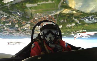 Pogled iz kabine pilota Krila Oluje (Screenshot: YouTube/MORH)