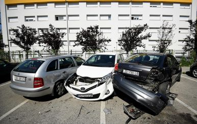 U sudaru oštećeni parkirani automobili (Foto: Marko Lukunic/PIXSELL) - 10