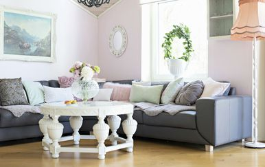 Stol, jastuci i ogledalo okruglog oblika