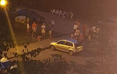 Stanovnici zgrade u kojoj je odjeknula eksplozija do navečer čekali ispred zgrade, policija im pomogla da iz stanova uzmu najnužnije (Foto: Čitateljica)