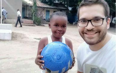 Profesor geografije Dejan Nemčić s dječakom Lorenom u Tanzaniji