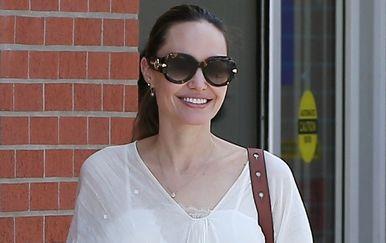 Angelina Jolie u haljini koja dodaje obline - 5