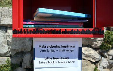 Automat s besplatnim knjigama postavljen na Bačvicama