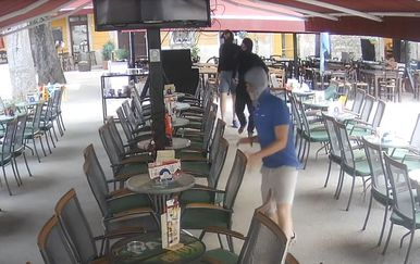 Trojica huligana koja su pretukla starca na terasi kafića u Puli (Screenshot: Ron Biteri/Facebook)