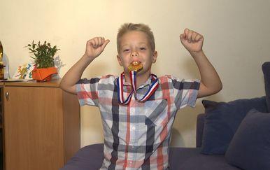 Patrik Čudić sa medaljom sa svjetskog prvenstva (Foto: IN Magazin) - 1
