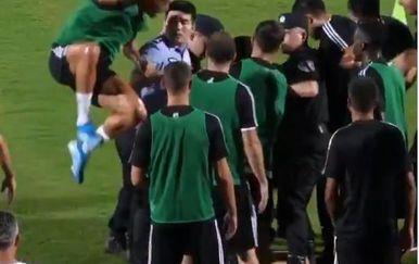 Cristiano Ronaldo skače na policajca (Screenshot)