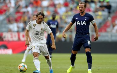 Luka Modrić i Harry Kane (Foto: firo Sportphoto/DPA/PIXSELL)
