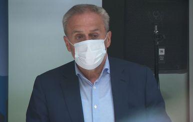 Milan Bandić nosi masku naopako