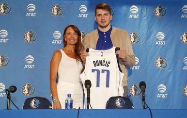 Luka Dončić s majkom nakon što je izabran na NBA draftu (Foto: AFP)