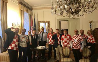 Premijer i ministri gledaju utakmicu (Foto: Twitter)