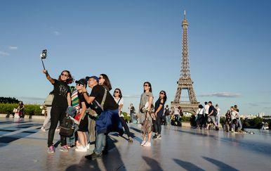 Turisti u Parizu (Foto: AFP)