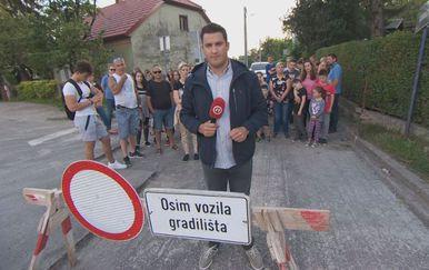 Domagoj Mikić sa stanovnicima Gajnica (Foto: Dnevnik.hr)