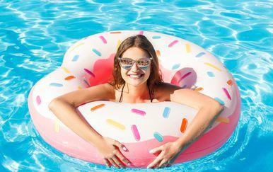 Žena na bazenu