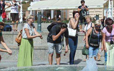Turisti se zbog velike vrućine osvježili vodom iz Manduševca (Foto: Sanjin Strukic/PIXSELL)