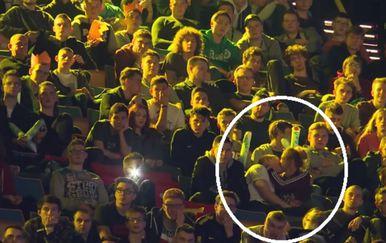 Par uopće nije smetalo što se nalazi u okruženju (FOTO: YouTube/Screenshot)