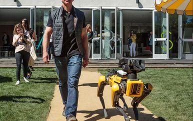 Bezos i robotski pas (Foto: Twitter)