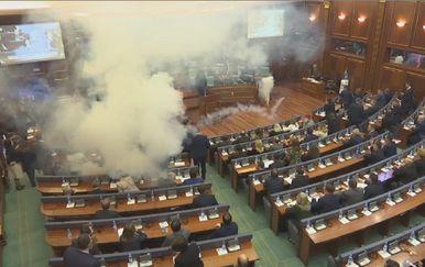 U Skupštini Kosova bačen suzavac (Screenshot APTN)