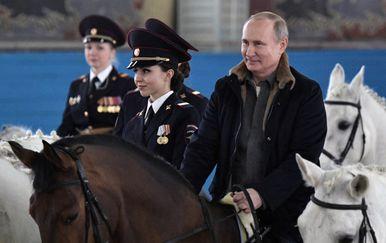 Ruski predsjednik Vladimir Putin jahao je s policajkama (Foto: AFP)