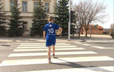 Pješaci koriste novu zebru na prometnici (Foto: Dnevnik.hr) - 1