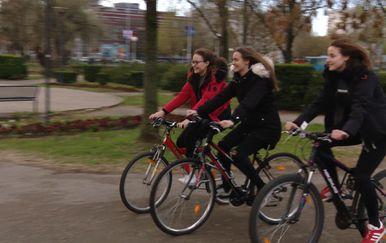 Srednjoškolke se voze biciklom u školu (Foto: Dnevnik.hr)