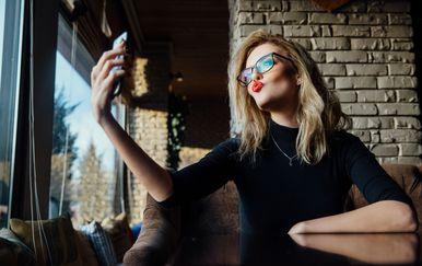 Žena slika selfie