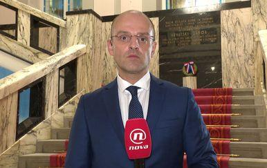 Mislav Bago izvještava o maratonskoj sjednici u Saboru (Foto: Dnevnik.hr)