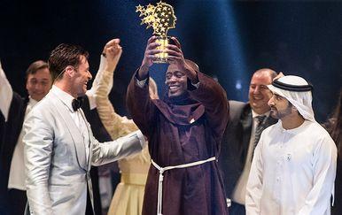 Skromni profesor primio je svoju nagradu (Foto: AFP)
