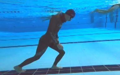 Boris Milošić hoda pod vodom