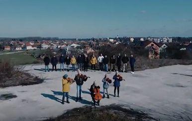 Kadrovi iz spota za pjesmu Glavu gore za pomoć Petrinji - 5