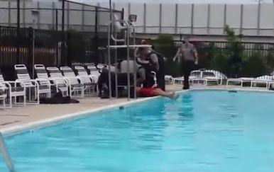 Pokušao se utopiti u bazenu, ali mu nije uspjelo. Sada tuži policiju i spasioca (Screenshot YouTube)