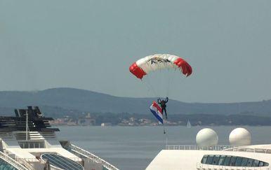 Padobranci se spustili u Zadar (Foto: Dnevnik.hr)