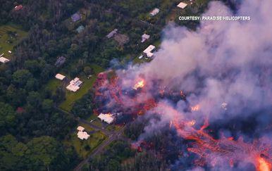 Otvorila se zemlja na Havajima: Vulkan Kilaeua i dalje prijeti kućama, do sada uništeno 26 domova (Screenshot Reuters/Paradise Helicopters)