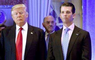 Donald Trump sa sinom (Foto: AFP)