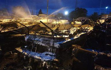 Požar u marini na Puntu, otok Krk (Foto: DVD Krk)
