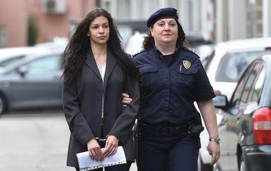Nuša Bunić u pratnji pravosudne policije dolazi na suđenje (Foto: Vjeran Zganec Rogulja/PIXSELL)