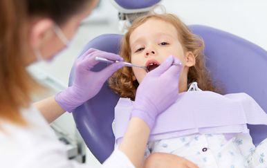 Djevojčica kod zubara