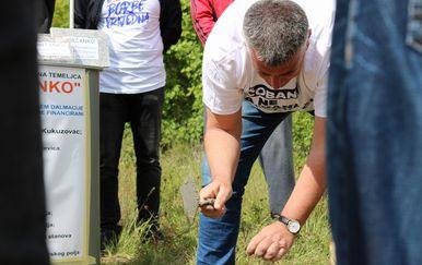 Miro Bulj postavlja kamene temeljce (Foto: Dnevnik.hr)