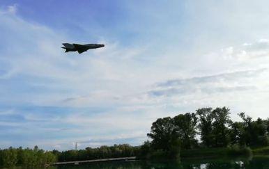 MiG-21 HRZ-a u brišućem letu iznad jarunskog jezera (Screenshot: Dnevnik.hr)