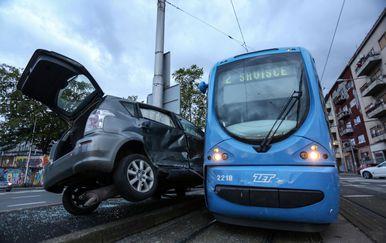Tramvaj prignječio auto uz stup (Foto: Marin Tironi/PIXSELL)