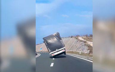 Opasna vožnja autocestom do Rijeke (Foto: Video: Facebook/Danijel Draca)