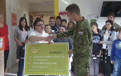 Vojnici u ulozi humanitaraca (Foto: Dnevnik.hr) - 1