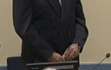 Bočica s otrovom koju je Slobodan Praljak držao u rukama u sudnici (Foto: Dnevnik.hr)