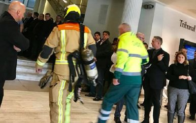 Hitne službe jučer u zgradi suda u Haagu (Foto: Eugen Jakovčić)