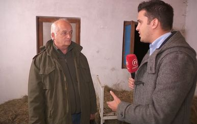 Reporter Dnevnika Nove TV Domagoj Mikić s gospodinom Slavkom iz Željave (Foto: Dnevnik.hr)