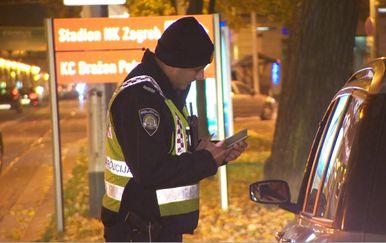 Policajac pregledava vozačku dozvolu (Foto: Dnevnik.hr)