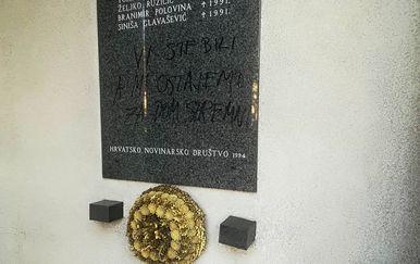 Ustaški pozdrav ispisan na spomen-ploči novinarima i tehničarima ubijenim u Domovinskom ratu (Foto: HND)