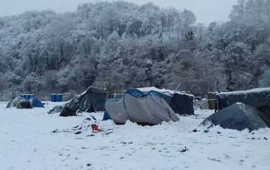Prvi snijeg u Velikoj Kladuši (Foto: SOS team Kladuša, NNK i AYS)
