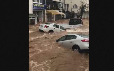 Obilne kiše poplavile su turističko mjesto Burdum (Foto: screenshot/Reuters) - 2